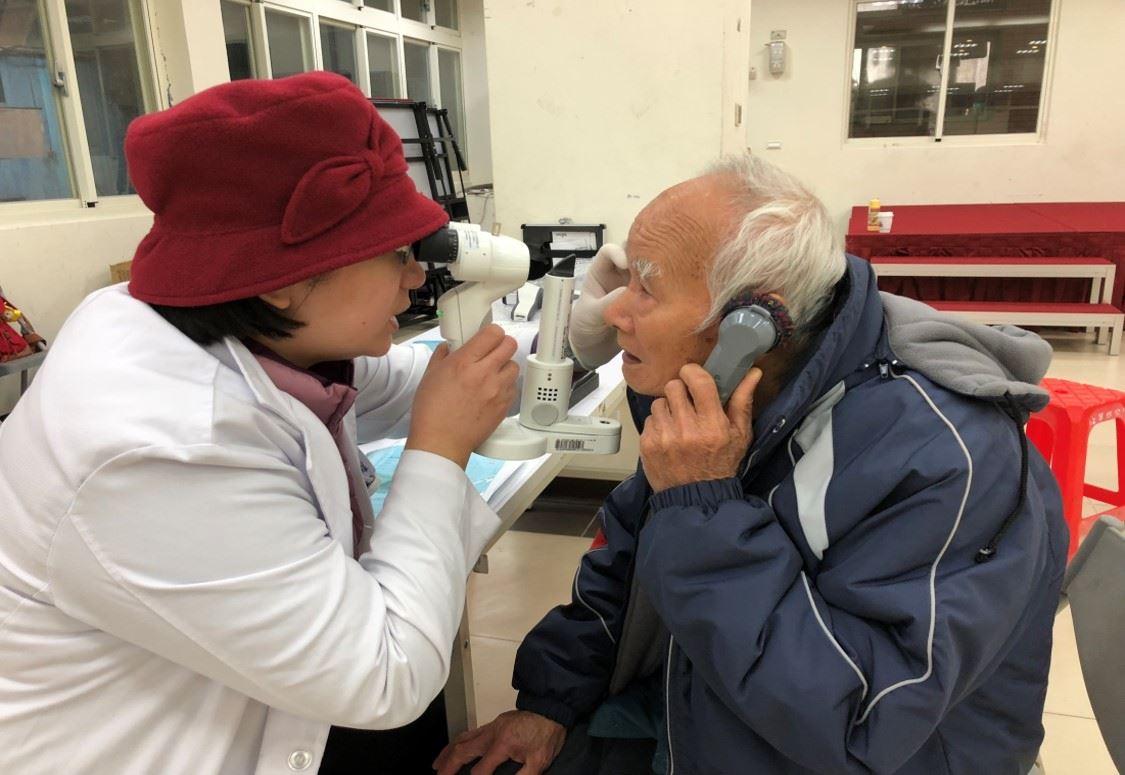醫師使用手持式裂隙燈為民眾檢查眼睛 的圖片