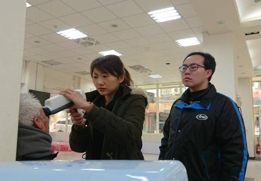 個管師使用手持式眼底照相機爲民眾拍照 的圖片